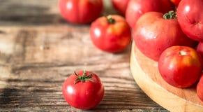 Rijpe tomaten op houten achtergrond Stock Afbeelding
