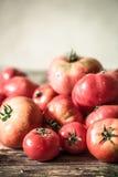 Rijpe tomaten op houten achtergrond Stock Foto's