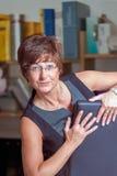 Rijpe uitvoerende vrouwelijke zitting als voorzitter en het hebben van onderbreking Stock Foto's