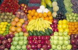 Rijpe verscheidenheid van vruchten gezet op verkoop in de markt stock fotografie