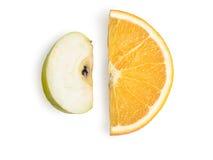 Rijpe, verse die besnoeiingsplakken van sinaasappel en Apple op witte achtergrond wordt geïsoleerd Stock Fotografie