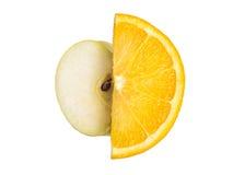 Rijpe, verse die besnoeiingsplakken van sinaasappel en Apple op witte achtergrond wordt geïsoleerd Royalty-vrije Stock Foto's