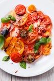 Rijpe verse kleurrijke tomatensalade Stock Foto's
