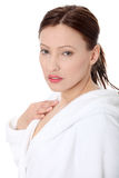 Rijpe vrouw in badjas stock fotografie