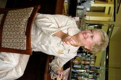 Rijpe vrouw bij bar stock foto
