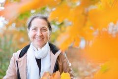 Rijpe vrouw in de herfst stock fotografie