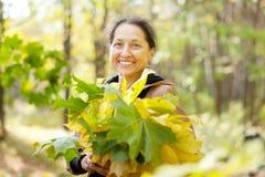 Rijpe vrouw in de herfstpark Stock Foto's