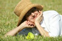 Rijpe vrouw in de zomerhoed stock afbeeldingen