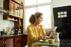 Rijpe vrouw die aan digitale tablet werken royalty-vrije stock foto's