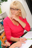 Rijpe vrouw die bejaarde moeder helpen Royalty-vrije Stock Afbeeldingen