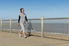 Rijpe vrouw die door het overzees lopen Stock Foto