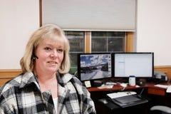 Rijpe vrouw die in huisbureau werkt Royalty-vrije Stock Foto