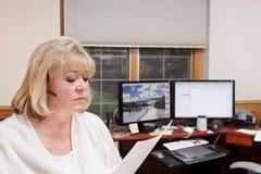 Rijpe vrouw die in huisbureau werkt Stock Afbeelding