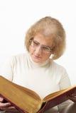 Rijpe vrouw die oude boek/Bijbel leest Royalty-vrije Stock Foto