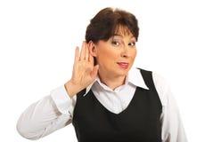 Rijpe vrouw die u luistert Stock Foto's