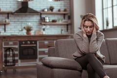 Rijpe vrouw die vreselijk na scheiding met echtgenoot voelen stock afbeelding