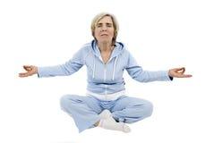 Rijpe vrouw die yoga doet royalty-vrije stock afbeelding