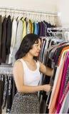 Rijpe vrouw die zich binnen walk-in kast kleden Stock Fotografie