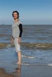 Rijpe vrouw die zich in het overzees bevinden Royalty-vrije Stock Foto's