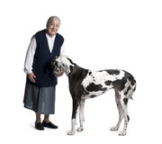 Rijpe vrouw die zich met de Grote hond van de Deen bevindt royalty-vrije stock foto