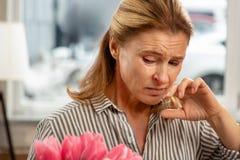 Rijpe vrouw die ziek en allergisch om bloesem te bloeien voelen royalty-vrije stock afbeeldingen