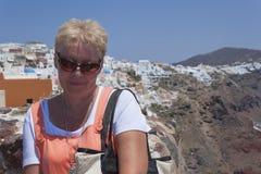 Rijpe vrouw die zonnebril in heldere de zomerkleren dragen Royalty-vrije Stock Foto's