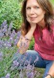 Rijpe vrouw en lavendel Stock Afbeelding