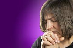 Rijpe vrouw in fervent gebed Royalty-vrije Stock Afbeelding