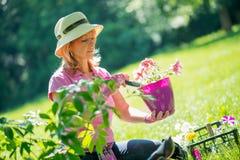 Rijpe vrouw in haar tuin Stock Afbeeldingen