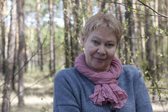 Rijpe vrouw in het bos stock afbeelding