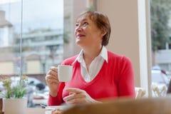 Rijpe vrouw het drinken koffie Stock Afbeelding