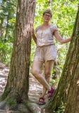 Rijpe vrouw in het hout Stock Afbeelding