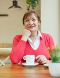 Rijpe vrouw in Koffie Stock Afbeelding
