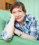 Rijpe vrouw met droevig gezicht stock fotografie