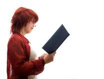 Rijpe vrouw met een boek Royalty-vrije Stock Foto's