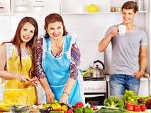 Rijpe vrouw met familie die bij keuken voorbereidingen treffen. Royalty-vrije Stock Afbeeldingen