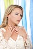 Rijpe vrouw met handen bij haar keel royalty-vrije stock foto's