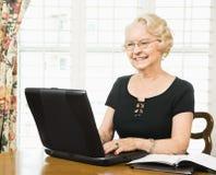 Rijpe vrouw met laptop. royalty-vrije stock fotografie