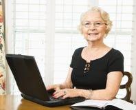 Rijpe vrouw met laptop. royalty-vrije stock afbeelding
