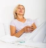 Rijpe vrouw met pillen Royalty-vrije Stock Afbeeldingen