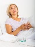 Rijpe vrouw met pillen Stock Afbeeldingen