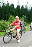 Rijpe vrouw op haar fiets Royalty-vrije Stock Afbeelding