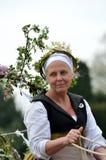 Rijpe Vrouw op Meidagvervoer in het middeleeuwse Meidagweer invoeren bij historisch huis Royalty-vrije Stock Foto's