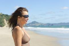 Rijpe vrouw op strand Royalty-vrije Stock Afbeelding
