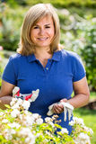 Rijpe vrouw in tuin op de zomerdag Stock Fotografie
