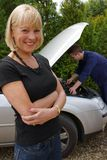 Rijpe vrouwelijke automobilist die haar vaste auto heeft Stock Foto