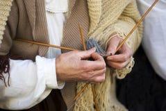 Rijpe vrouwen breiende wol Royalty-vrije Stock Foto's