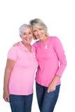 Rijpe vrouwen die de roze bovenkanten en linten van borstkanker dragen Stock Afbeeldingen