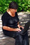Rijpe vrouwencomputer Royalty-vrije Stock Afbeeldingen
