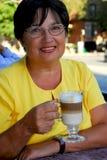Rijpe vrouwenkoffie Royalty-vrije Stock Afbeeldingen